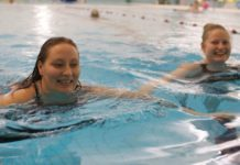 to damer i bassenget