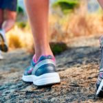 bilde av bein med joggesko utendørs på sommeren